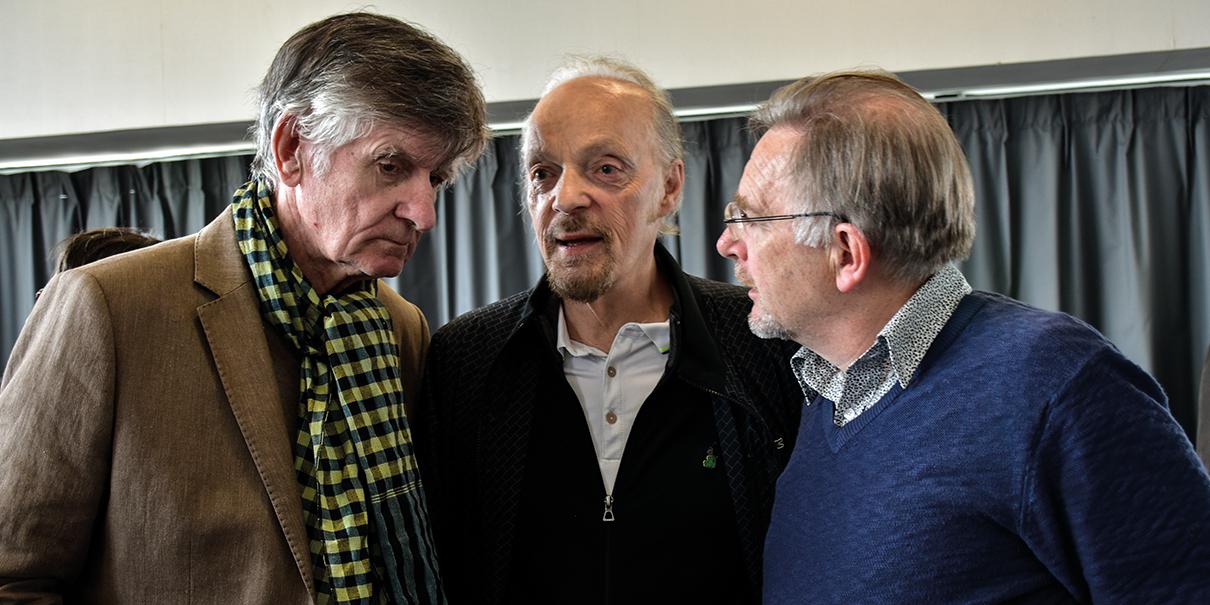 Alan Stivell entouré de l'ancien maître-charpentier Jean-Yves Riaux, l'un des impétrants du jour (à gauche) et de l'ethno-musicologue Yves Defrance