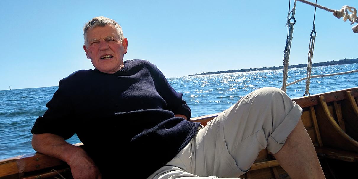 L'activiste Gilbert Nicolas à bord du voilier Lorna en baie de Concarneau, été 2019.